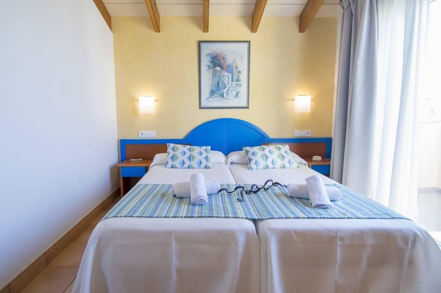 Holidays at Amarillas Villas in Cala Blanca, Menorca