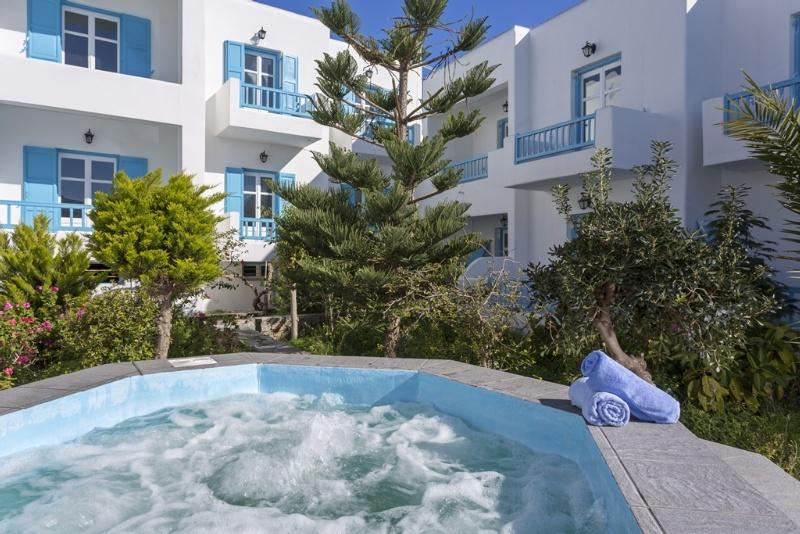 Holidays at Kosmoplaz Hotel in Plati Gialos, Mykonos